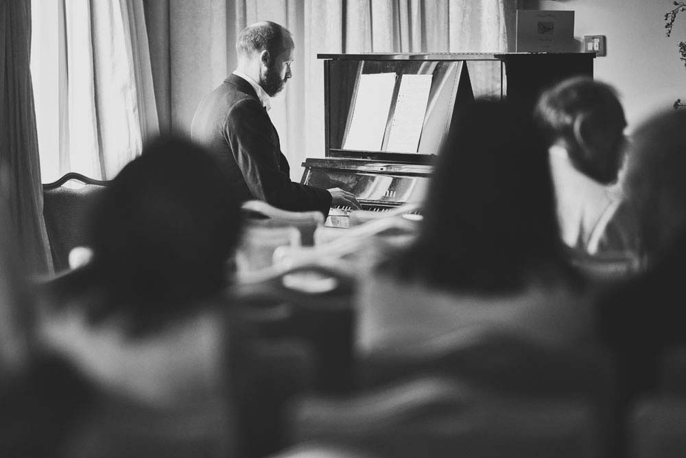 groom playing piano at Stoke-by-Nayland Golf Club - www.helloromance.co.uk