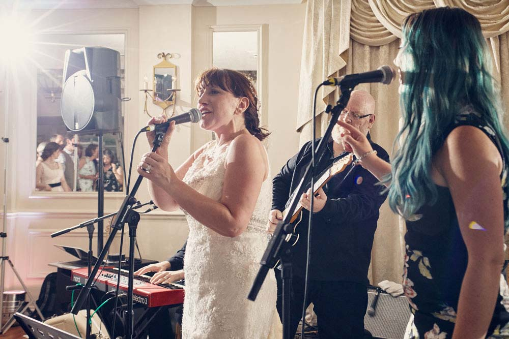 bride singing with her band at Stoke-by-Nayland Golf Club - www.helloromance.co.uk