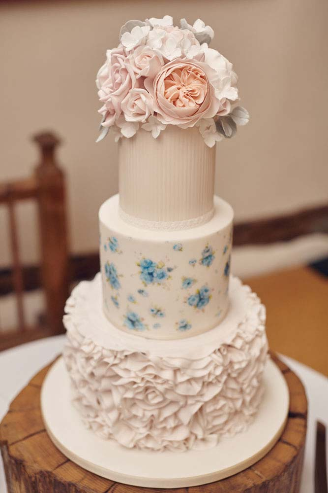 gorgeous cute wedding cake, Moreves Barn Sudbury - www.helloromance.co.uk