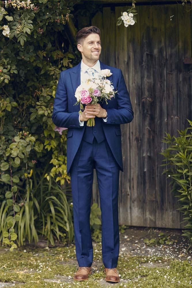 Groom holding wedding bouquet - www.helloromance.co.uk
